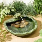Solarbetriebener Springbrunnen mit Frosch aus Keramik - grün