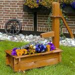 Blumenkasten mit Wasserpumpe aus Holz
