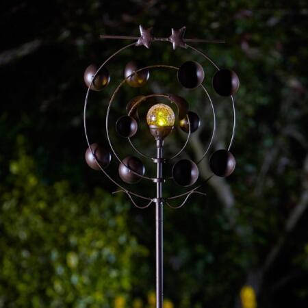 Garden Decor Papillon Bronze Vent Spinner Avec Lampe Solaire en Verre Craquelé sphère